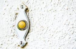 Schmuddelige Mitte- des Jahrhundertstürklingel auf Hausmauer Stockbilder