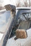 Schmutz auf dem Spiegel des Autos Stockfotos