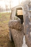 Schmutz auf dem Spiegel des Autos Stockbild