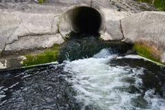 Schmutz, der heraus vom Abwasser fließt Lizenzfreies Stockfoto