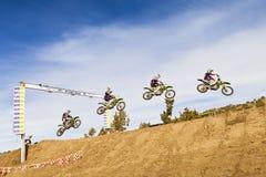 Schmutz-Fahrrad-Rennläufer-aufeinander folgender Sprung Lizenzfreie Stockbilder