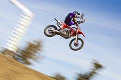 Schmutz-Fahrrad-Rennläufer, der mit Trick springt Lizenzfreies Stockfoto