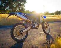 Schmutz-Fahrrad-Sonnendurchbruch lizenzfreie stockfotos
