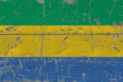 Schmutz-Gabun-Flagge auf alter verkratzter Holzoberfläche Nationaler Weinlesehintergrund vektor abbildung
