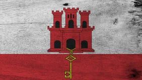 Schmutz-Gibraltar-Flaggenbeschaffenheits-, weißer und Roterstreifen mit drei hochgeragt und hängt einen Goldschlüssel lizenzfreie abbildung