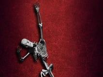 Schmutz-Halloween-Hintergrund mit dem Skelett stock abbildung