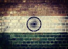 Schmutz-Indien-Flagge auf einer Backsteinmauer Stockbild