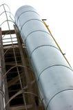 Schmutz isolierte industrielle Heizungs-Hauptrohrleitungs-Rohre, lokalisierte vertikale Nahaufnahme Rusty Old Aged Weathered Tres Stockbild