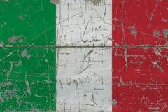 Schmutz-Italien-Flagge auf alter verkratzter Holzoberfläche Nationaler Weinlesehintergrund lizenzfreie abbildung