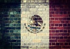 Schmutz-Mexiko-Flagge auf einer Backsteinmauer Lizenzfreie Stockfotos