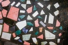Schmutz-Mosaikfliesen im Zementbodenhintergrund Stockfotos