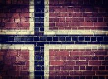 Schmutz-Norwegen-Flagge auf einer Backsteinmauer Stockbild