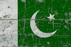 Schmutz-Pakistan-Flagge auf alter verkratzter Holzoberfläche Nationaler Weinlesehintergrund lizenzfreie stockfotografie