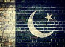 Schmutz-Pakistan-Flagge auf einer Backsteinmauer Stockfotografie