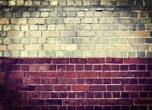 Schmutz-Polen-Flagge auf einer Backsteinmauer Lizenzfreie Stockbilder