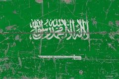 Schmutz-Saudi-Arabien Flagge auf alter verkratzter Holzoberfläche Nationaler Weinlesehintergrund stockfoto