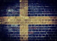 Schmutz-Schweden-Flagge auf einer Backsteinmauer Stockbilder