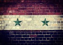 Schmutz-Syrien-Flagge auf einer Backsteinmauer Lizenzfreie Stockfotos