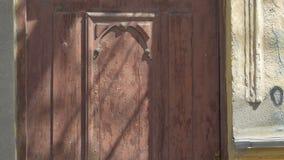 Schmutz-Tür des verlassenen Hauses stock video footage