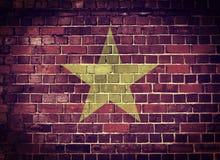 Schmutz-Vietnam-Flagge auf einer Backsteinmauer Lizenzfreie Stockfotografie
