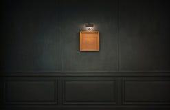 Schmutz-Wand mit Retro- Bilderrahmen und Lichtern Lizenzfreie Stockfotografie