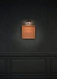 Schmutz-Wand mit Retro- Bilderrahmen und Lichtern lizenzfreies stockbild