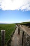 Schmutzbahn mit Drahtzaun und Steinwand in Irland lizenzfreie stockfotografie