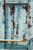 Schmutzbeschaffenheit der Schalenfarbe auf den Fensterläden Lizenzfreies Stockbild