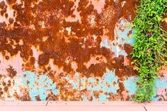 Schmutzbeschaffenheit des alten rostigen Metalls mit Kratzern und Sprungshintergrund Rostiger Zinkhintergrund Alte und rostige ge Stockbild