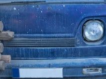 Schmutzbeschaffenheit eines blauen Hintergrundes von der Vorderseite der Maschine, einer Metallentlastungsoberfläche und eines ru Stockfoto