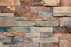 Schmutzbraun, beige, orange, grauer Steinwand-Fliesenbeschaffenheitshintergrund Natürlicher brauner Stein der Wand schmutziger, d stockfoto