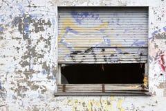 Schmutzfenster mit defekten Rolläden Stockfoto