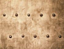 Schmutzgoldbraunmetallplatte befestigt Schraubenhintergrundbeschaffenheit Lizenzfreie Stockfotografie