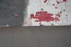 Schmutzhintergrund ist alte Wand mit weißer und grauer Farbe des Gipses, in einigen Plätzen die Farbenfälle weg von und von unter Stockfotos