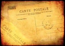 Schmutzhintergrund mit altem Papier der Beschaffenheit und Weinlesepostkarte lizenzfreie abbildung