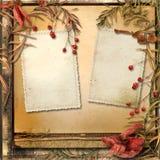 Schmutzhintergrund mit Herbstlaub und ein Rahmen für Fotos Stockbild