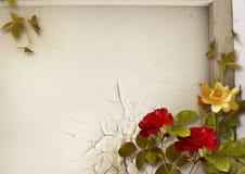 Schmutzhintergrund mit Weinleserosenblumenstrauß Lizenzfreie Stockbilder
