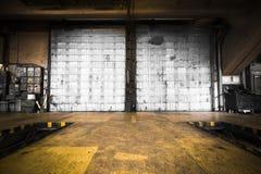 Schmutzige, ölige Tür des Bus-Depots Lizenzfreies Stockfoto