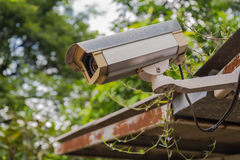 Schmutzige Überwachungskamera und Video im Freien auf Grasdach Stockbild