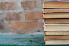 Schmutzige alte abgenutzte Bücher, Hintergrund Stockfoto