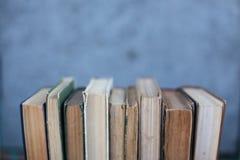 Schmutzige alte abgenutzte Bücher, Hintergrund Stockbilder