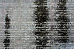 Schmutzige alte Backsteinmauer mit schwarzem Fleck auf Wand Lizenzfreies Stockbild