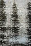 Schmutzige alte Backsteinmauer mit schwarzem Fleck auf Wand Stockfoto