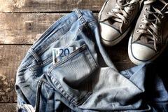 Schmutzige alte Eurorechnung und Turnschuhe der Jeans zwanzig Stockfoto