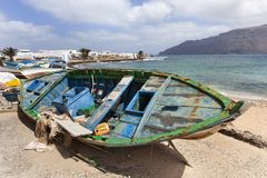 Schmutzige alte verwitterte defekte Boote auf La Graciosa lizenzfreie stockfotografie