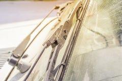 Schmutzige Autowindschutzscheibe mit dem enthaltenen Glasreiniger, in der Großstadtfront und in der Rückseite des Hintergrundes w lizenzfreie stockbilder
