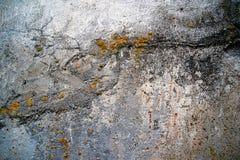 Schmutzige Betonmauer mit gelber Form Stockfoto