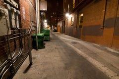 Schmutzige dunkle städtische Gasse stockfotos