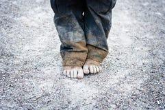 Schmutzige Füße des Kindes lizenzfreies stockfoto