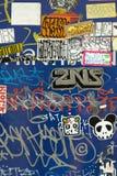 Schmutzige Graffiti und Aufkleber Stockfotos